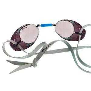 e originele Zweedse zwembril van Malmsten uit Zweden met spiegelende lenzen! De meest simpele en meest bekende zwembril, ideaal voor zwemtrainingen. Deze Zweedse zwembril is ideaal voor zwemtraining! De lenzen van deze zwembril zijn behandeld met een spiegelende coating (special mirror), hierdoor heeft deze zwembril spiegelende/glimmende lenzen. De zwembril wordt geleverd als bouwpakketje; elastiek, silicone neusbrug, koord en twee oogcups. Je dient de zwembril zelf in elkaar te zetten. Zo kun je deze naar eigen wens afstemmen aan de hand van jouw gezichtsformaat.